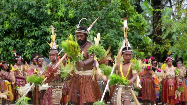 vidéos et rushes de singsing ceremony performed for tourists in papua new guinea - voix