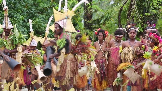 singsing ceremony performed for tourists in papua new guinea - oceaniskt ursprung bildbanksvideor och videomaterial från bakom kulisserna
