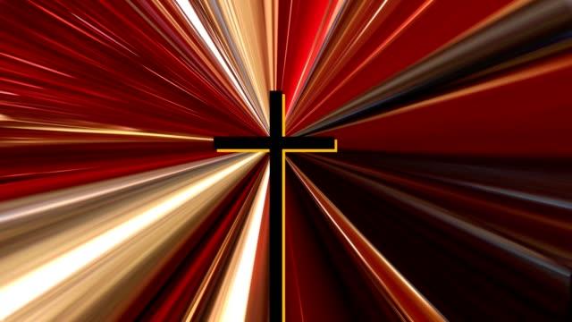 vídeos de stock, filmes e b-roll de singular cruz no centro, enquanto a luz brilha por trás - cruz objeto religioso