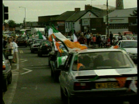 sinn fein ceasefire plea to ira northern ireland sinn fein ceasefire plea to ira lib n ireland belfast falls road procession of cars bedecked in... - 停戦点の映像素材/bロール