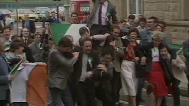 sinn fein politician and former ira terrorist martin mcguinness dies aged 66; 130897 / 16.5.1985 derry : ext mcguinness and others lifting men onto... - früherer stock-videos und b-roll-filmmaterial