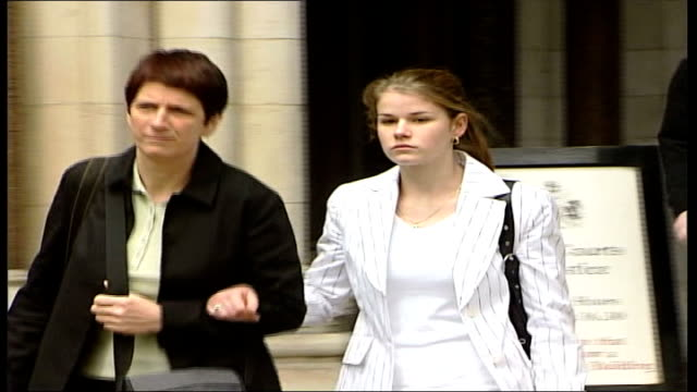 vidéos et rushes de sion jenkins murder appeal: daughter charlotte testifies; itn england: london: ext lms charlotte jenkins towards from court arm-in-arm with her... - passer le bras autour