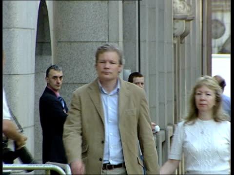sion jenkins re-trial for murder of foster daughter billie-jo jenkins; england: london: old bailey: ext sion jenkins arriving at court with new wife... - familjehem bildbanksvideor och videomaterial från bakom kulisserna