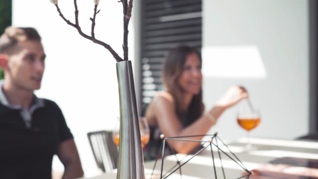 stockvideo's en b-roll-footage met genot van cocktails en een praatje - meubels