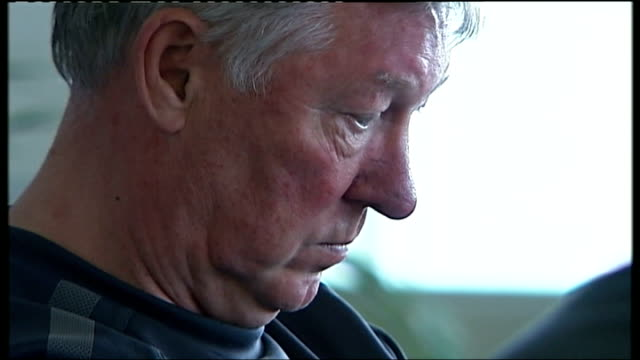 sir alex ferguson autobiography lib t24051116 photography *** sir alex ferguson at press conference and seen telling press officer to ban journalist... - jon snow journalist stock-videos und b-roll-filmmaterial