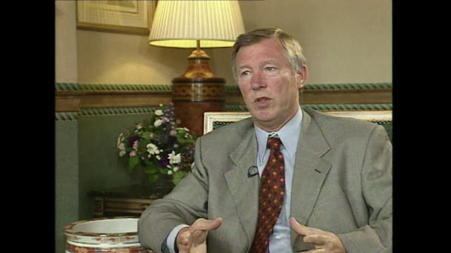 sir alex ferguson talking about nicolas anelka saying 'it must have been a real kick in the teeth' when he left arsenal football club - アーセン・ベンゲル点の映像素材/bロール