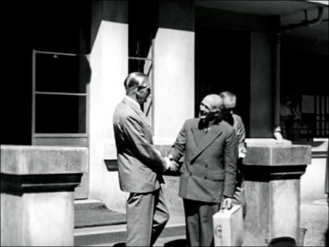 vídeos de stock, filmes e b-roll de sir anthony eden leaves hospital after x-ray; new zealand: auckland: green lane hospital: ext exterior of hospital sir anthony eden shaking hands... - prime minister