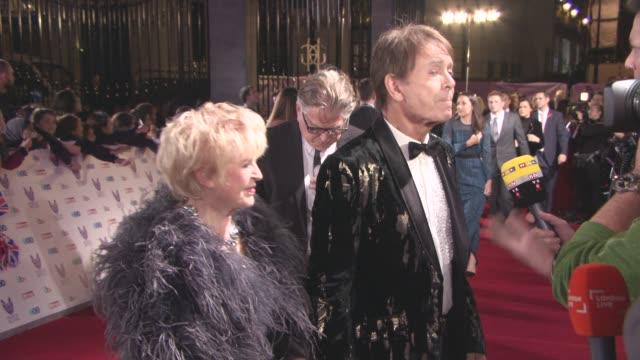 sir cliff richard, gloria hunniford at pride of britain awards at grosvenor house on october 31, 2016 in london, england. - gloria hunniford stock-videos und b-roll-filmmaterial