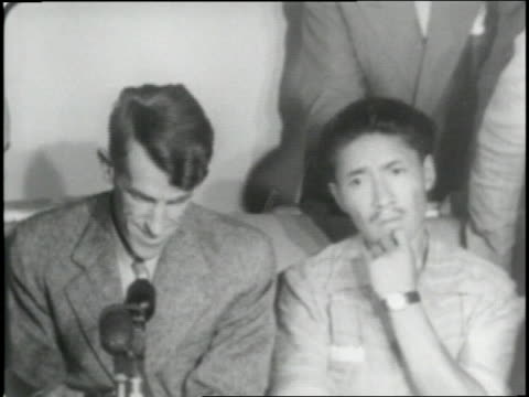 vidéos et rushes de sir edmund hillary and his sherpa companion tenzing norgay report about climbing mt everest at a press conference - 1953