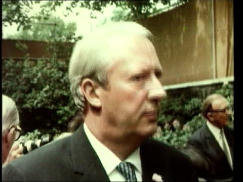 death announced early 1970's 10 downing street garden ext edward heath in garden with members of conservative cabinet including margaret thatcher jim... - edward heath stock-videos und b-roll-filmmaterial