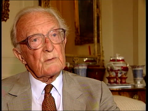 death announced; int lord carrington interview sot - heath thought that to be unemployed was the worst thing/ a lot of soldiers joined the army just... - エドワード ヒース点の映像素材/bロール