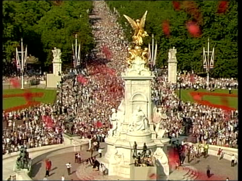 death announced; tx england: london: the mall: ext tgv crowds lining the mall during world war ii 60th anniversary celebrations, poppies falling in... - anniversary stock videos & royalty-free footage