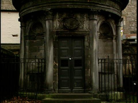 ms, sir george mackenzie's mausoleum on greyfriars kirkyard, edinburgh, scotland - scottish culture stock-videos und b-roll-filmmaterial