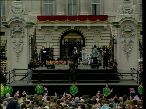 sir harry secombe death; lib london: ext sir harry secombe singing on stage with dame vera lynn & sir cliff richard during ve day anniversary... - harry secombe stock videos & royalty-free footage