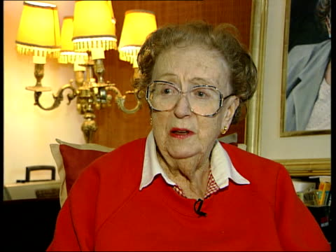 tributes itn dame thora hurd interviewed sot although he was busy pleasing the audience he was alway as busy pleasing the people he worked with he... - harry secombe stock videos and b-roll footage
