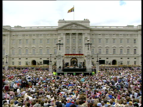 vidéos et rushes de sir harry secombe death: tributes; lib england: london ext sir harry secombe singing on stage during ve day anniversary celebrations - harry secombe