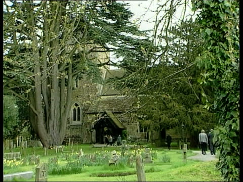 vidéos et rushes de sir harry secombe funeral; 23.05: nina nannar england: surrey: cranleigh: st nicholas' church: ext gv church as lbv mourners along myra secombe along... - harry secombe