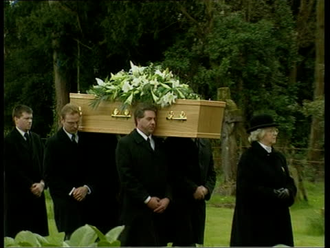 vidéos et rushes de sir harry secombe funeral; pool pallbearers carrying coffin pull & gv church as lbv clergy and coffin along - harry secombe