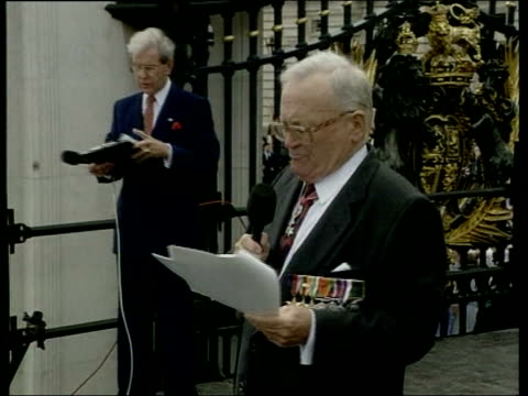 sir harry secombe memorial service; cutaway: lib sir harry secombe singing on platform at gates to buckingham palace during ve day celebrations with... - harry secombe stock videos & royalty-free footage