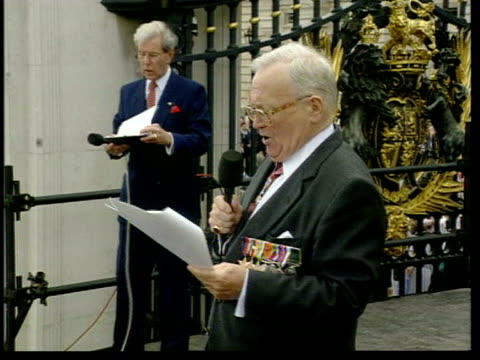 vidéos et rushes de sir harry secombe memorial service; cutaway: lib sir harry secombe singing on platform at gates to buckingham palace during ve day celebrations with... - harry secombe
