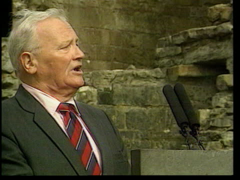 vidéos et rushes de sir harry secombe memorial service; lib wales: caernarvon castle: sir harry secombe singing in ground of castle during service gv service in ground... - harry secombe