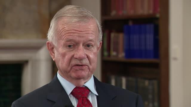 "sir john chilcot saying the formal british policy was one of containment, where as tony blair was running one ""of coersive diplomacy"" - armi di distruzione di massa video stock e b–roll"