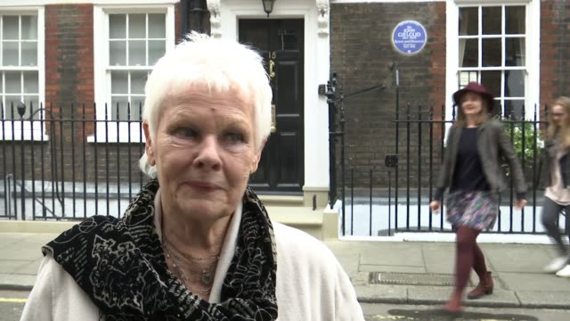sir john gielgud honoured with blue plaque dame judi dench interview sot on what john gielgud would have made of blue plaque close shot plaque with... - john gielgud stock videos & royalty-free footage