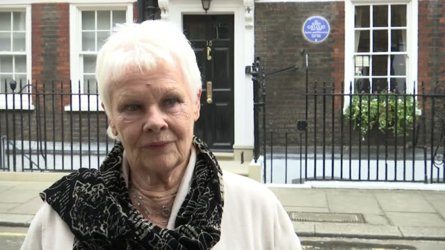 sir john gielgud honoured with blue plaque sir john gielgud honoured with blue plaque dame judi dench interview sot fantastic sense of humour - john gielgud stock videos & royalty-free footage