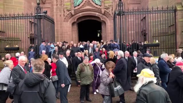 vidéos et rushes de sir ken dodd's coffin leaves liverpool anglican cathedral on the way to a private burial service - ken dodd