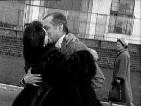 sir laurence olivier arrives at lap from new york; england: london: lap: ext sir laurence olivier along laurence olivier kissing wife vivien leigh... - ローレンス オリビエ点の映像素材/bロール
