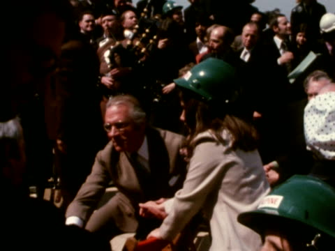 sir laurence olivier at the topping out ceremony for the new national theatre building. may 1973. - ローレンス オリビエ点の映像素材/bロール