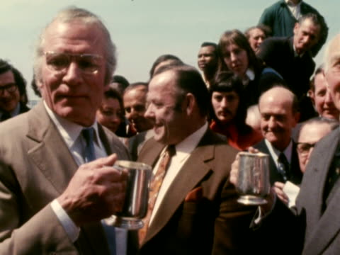 sir laurence olivier drinks from a silver tankard at the topping out ceremony at the new national theatre. may 1973. - ローレンス オリビエ点の映像素材/bロール
