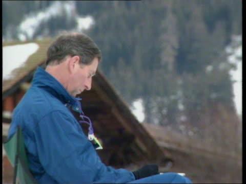 sir laurens van der post dies u03039601 klosters seq prince charles sitting on snow covered hillside painting - reportage bild bildbanksvideor och videomaterial från bakom kulisserna