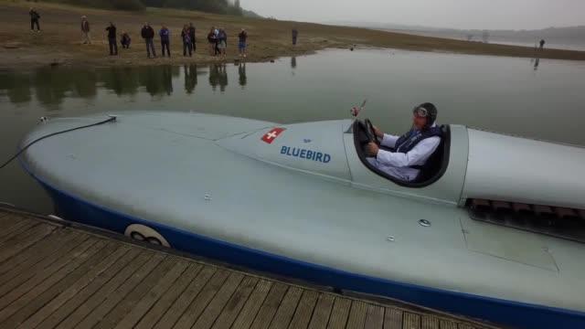 vídeos y material grabado en eventos de stock de sir malcolm campbell's bluebird k3 hydroplane has made a dramatic comeback 80 years after it broke the water speed record the vessel was put through... - hidroplano