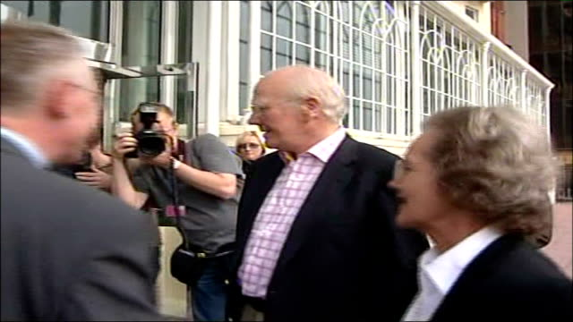sir menzies campbell faces first liberal democrats conference as party leader england brighton ext sir menzies campbell mp along past press from car... - sir menzies campbell bildbanksvideor och videomaterial från bakom kulisserna