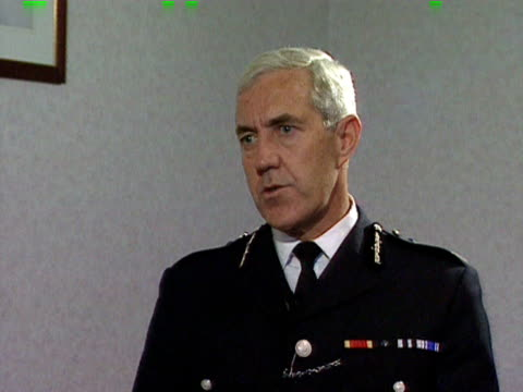 sir paul condon metropolitan police commissioner denies that the force is institutionally racist 1998 - 警視庁点の映像素材/bロール