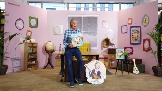 """sir paul mccartney signs copy's of his new children's book """"hey grandude!"""" at waterstones piccadilly on september 6, 2019 in london, england. - ビートルズ点の映像素材/bロール"""