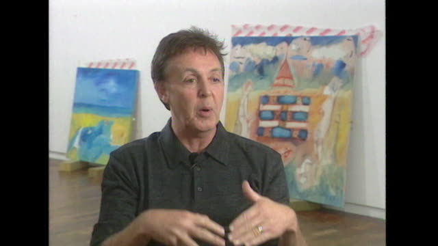 vídeos de stock, filmes e b-roll de sir paul mccartney talks about not suppressing his passion for painting - pintor artista