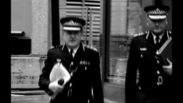 sir paul stephenson becomes metropolitan police commissioner; b/w graphicised seq sir ian blair and stephenson along tx 3.12.2008 city hall: int b/w... - b rolle stock-videos und b-roll-filmmaterial