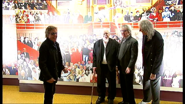 sir peter blake unveils albert hall mural; england: london: royal albert hall: int **flashlight photography** sir peter blake photocall at unveiling... - roger daltrey stock-videos und b-roll-filmmaterial