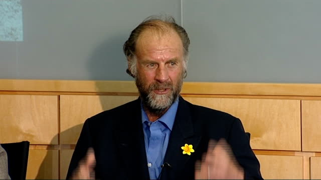 stockvideo's en b-roll-footage met sir ranulph fiennes record breaking ascent of mount everest press conference sir ranulph fiennes press conference continued sot - recordbrekend