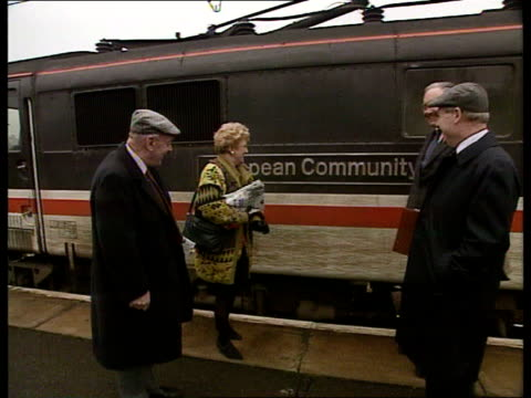 sir richard body accepts temporary whip; location unknown body on platform with teresa gorman mp and teddy taylor mp as gorman up to train with... - ローストフト点の映像素材/bロール
