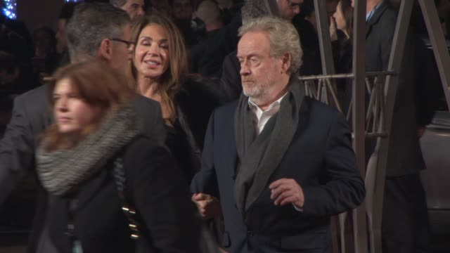 sir ridley scott at 'exodus: gods and kings' premiere at odeon leicester square on december 03, 2014 in london, england. - リドリー・スコット点の映像素材/bロール