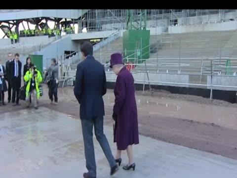 sir sebastian coe escorts queen elizabeth ii around london 2012 olympic park construction site london; 3 november 2009 - erektion stock-videos und b-roll-filmmaterial