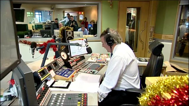 sir terry wogan last radio 2 breakfast show england london int sir terry wogan presenting his last breakfast radio show sot - terry wogan video stock e b–roll