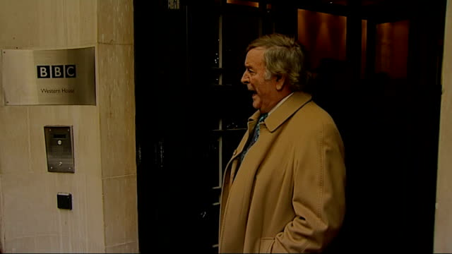 vídeos de stock, filmes e b-roll de sir terry wogan last radio 2 breakfast show *** warning sir terry wogan leaving studio and posing for press - terry wogan