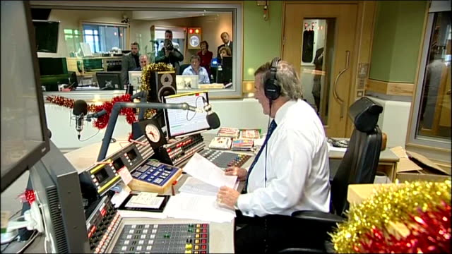sir terry wogan last radio 2 breakfast show wogan presenting his last breakfast radio show sot - terry wogan stock-videos und b-roll-filmmaterial
