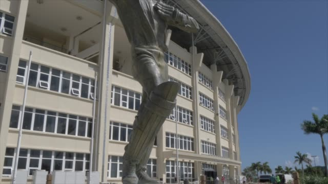 vidéos et rushes de sir vivian richards statue at cricket ground, antigua, antigua and barbuda, caribbean sea, west indies, caribbean, central america - antilles occidentales