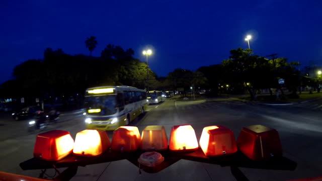 vídeos de stock, filmes e b-roll de sirens ambulância na estrada - ambulância