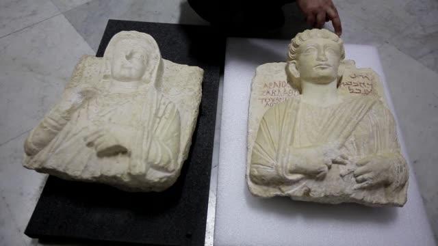 siria recupero dos bustos antiguos restaurados en italia tras haber sido gravemente danados por el grupo yihadista estado islamico en el sitio... - arqueologia stock videos & royalty-free footage